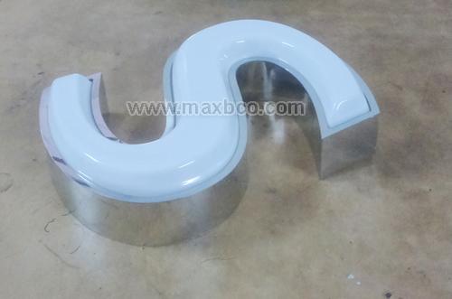 Chữ mica hút nổi 3D, lọng viền inox màu trắng gương, đèn LED sáng mặt chữ.